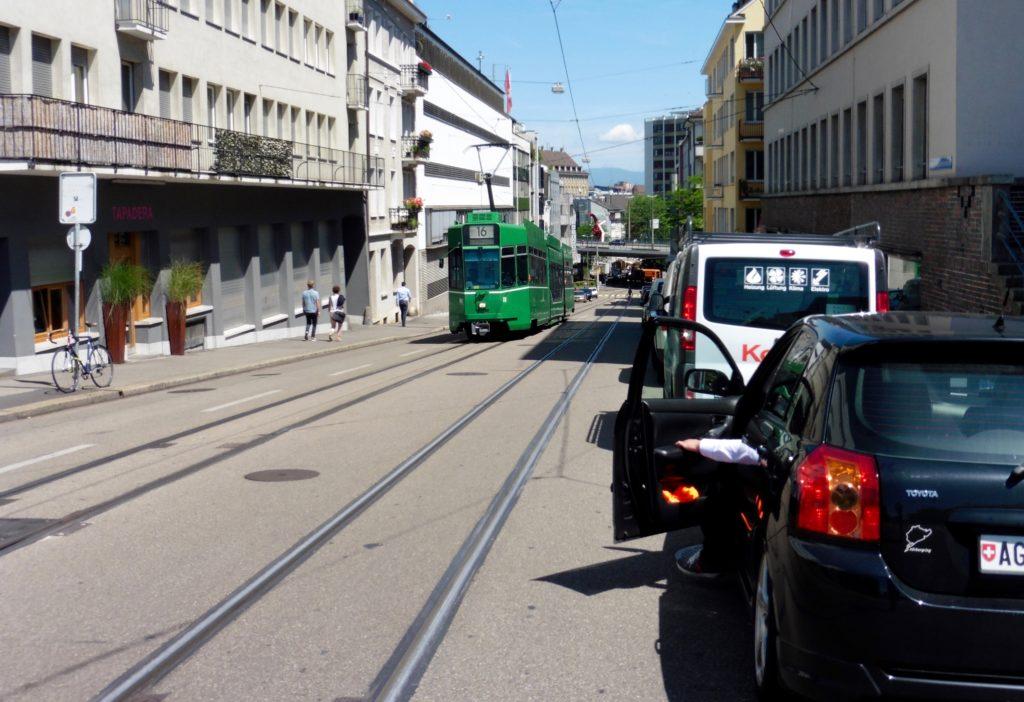 Gefährliche Situation an der Inneren Margarethenstrasse. Die ganze rechte Strassenseite Bergabwärts ist vollgestellt mit parkierten Autos. Aufgenommen am 4.07.2016 um 12:15. Foto Harald Friedl